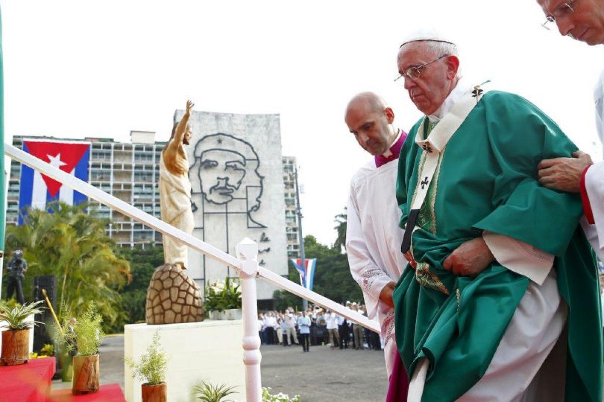 """""""Servir significa, en gran parte, cuidar la fragilidad. Cuidar a los frágiles de nuestras familias, de nuestra sociedad, de nuestro pueblo"""", sostuvo el papa. Foto:AP. Imagen Por:"""