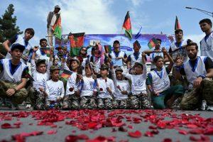 En Afganistán se ondearon banderas nacionales para hacer campaña por la paz. Foto:AFP. Imagen Por: