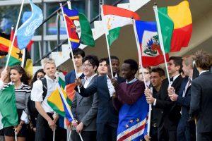 Estudiantes sostuvieron las banderas de los distintos países del mundo durante la ceremonia de la Campana de la Paz, en Nueva York Foto:AFP. Imagen Por: