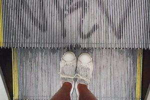 De acuerdo con la empresa de tecnología española OTIS, tampoco se debe utilizar una escalera eléctrica como escalera normal Foto:Instagram.com/explore/tags/escalator/. Imagen Por: