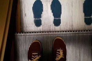 """""""cuando los niños estén cerca al área de cargue y descargue de la escalera, es decir, al inicio o al final, nunca se deben dejar solos, ni siquiera un niño debe cruzar esas áreas de un lado para otro Foto: Instagram.com/explore/tags/escalator/. Imagen Por:"""