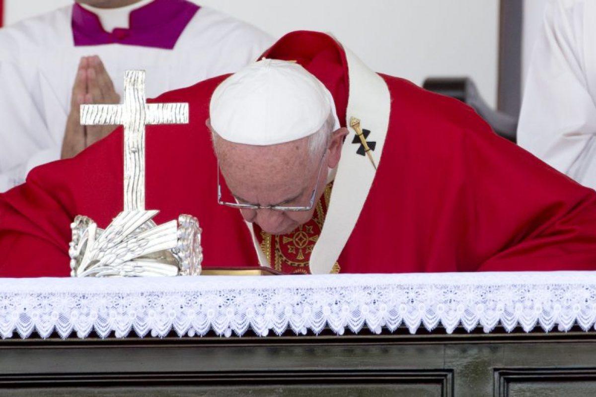 """3. """"Servir significa, en gran parte, cuidar la fragilidad. Cuidar a los frágiles de nuestras familias, de nuestra sociedad, de nuestro pueblo"""", sostuvo el papa. Foto:AP. Imagen Por:"""