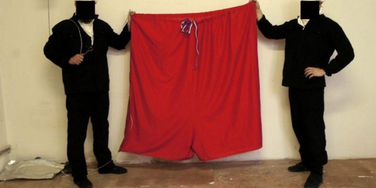 Sustituyen la bandera presidencial checa por unos calzones rojos gigantes