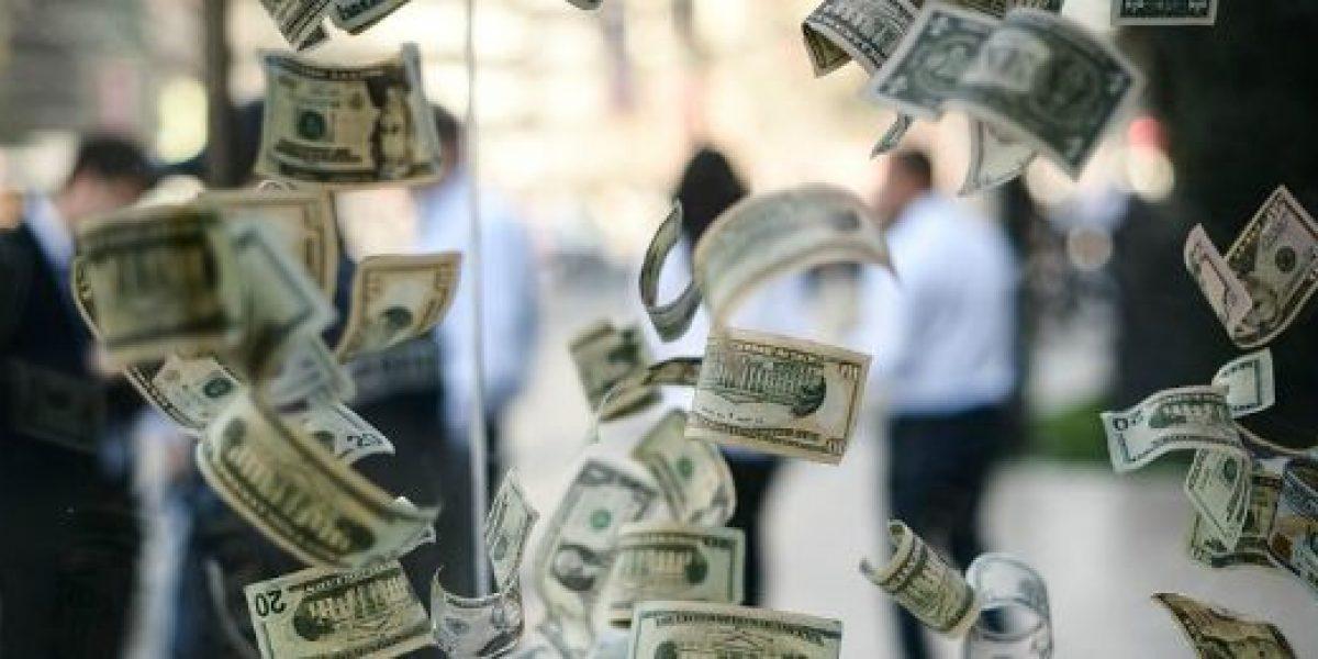 Dólar se fortalece y comienza la semana al alza