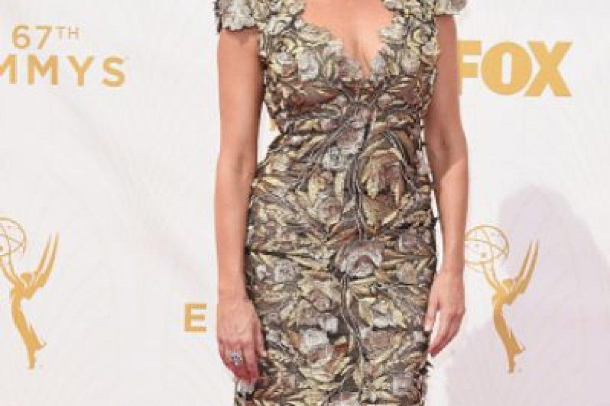 Amy Landecker, en un modelo ocre, con estilismo acorde. Foto:vía Getty Images. Imagen Por: