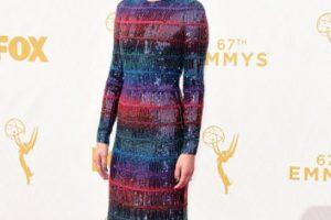 Jamie Alexander, en un vestido multicolor que contrasta con su look sobrio. Foto:vía Getty Images. Imagen Por: