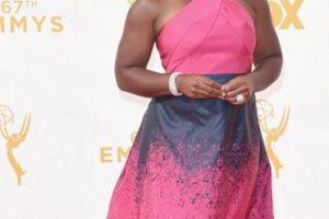 Uzo Aduba con un color rechinante, un vestido que la hace ver más grande y un desastre de estampado. Foto:vía Getty Images. Imagen Por: