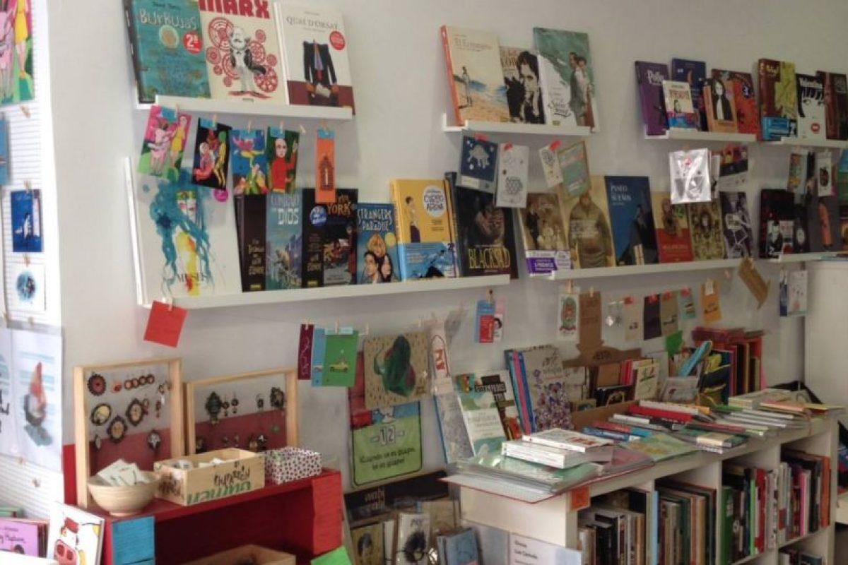 """El mensaje fue colocado en una de las ventanas de la librería """"Casa Tomada"""". Foto:Vía facebook.com/casatomada.sevilla. Imagen Por:"""