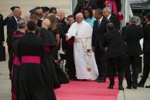 Los seguidores gritaban y hacían porras mientras el pontífice saludaba otros religiosos. Foto:AFP. Imagen Por: