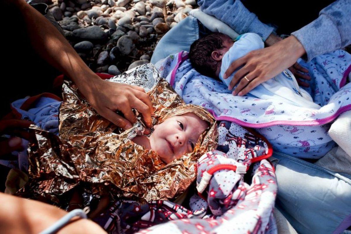 Un niño fue envuelto en papel metálico para poder conservar su calor y llegar a Europa Foto:AFP. Imagen Por: