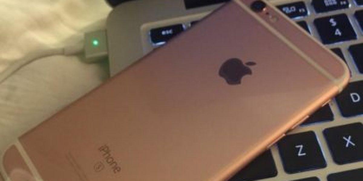 Mujer presume haber recibido antes que todos el iPhone 6s color rosa