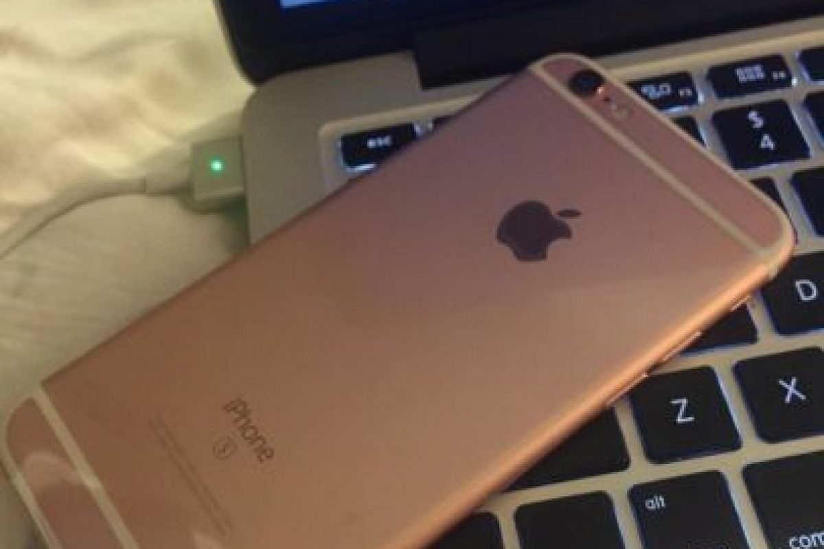 El iPhone 6s rosa conectado a la Mac. Foto:vía twitter.com/MoonshineDesign. Imagen Por: