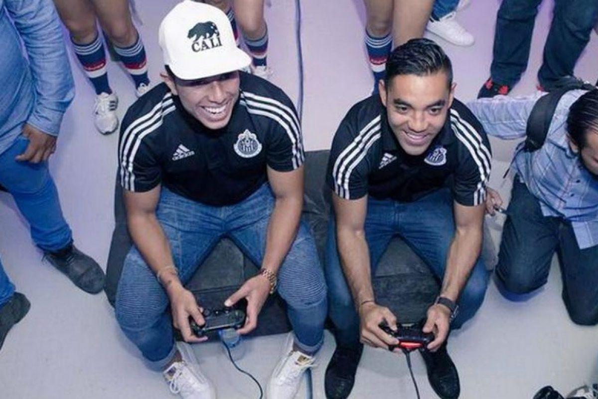 Carlos Salcedo (izquierda) y Marco Fabián (derecha) del Guadalajara de México. Foto:twitter.com/MarcoFabian_10. Imagen Por: