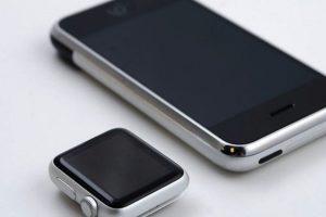 Un usuario de Reddit decidió juntar el Apple Watch con el primer iPhone pra registrar la evolución de los productos de la manzana. La semejanza de estos dos aparatos resultó sorprendente Foto:Reddit. Imagen Por: