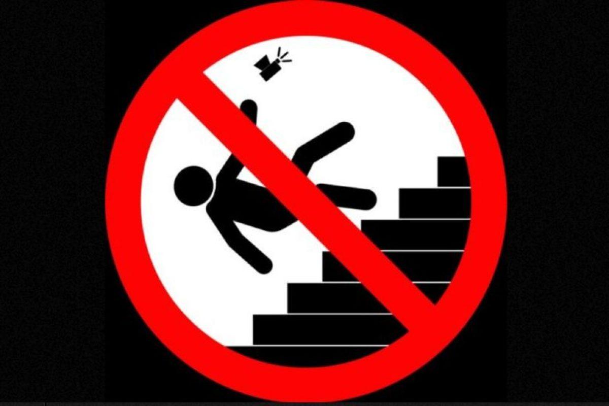 No tomarse selifes cuando suben o bajan escaleras. Foto:vía mvd.ru. Imagen Por: