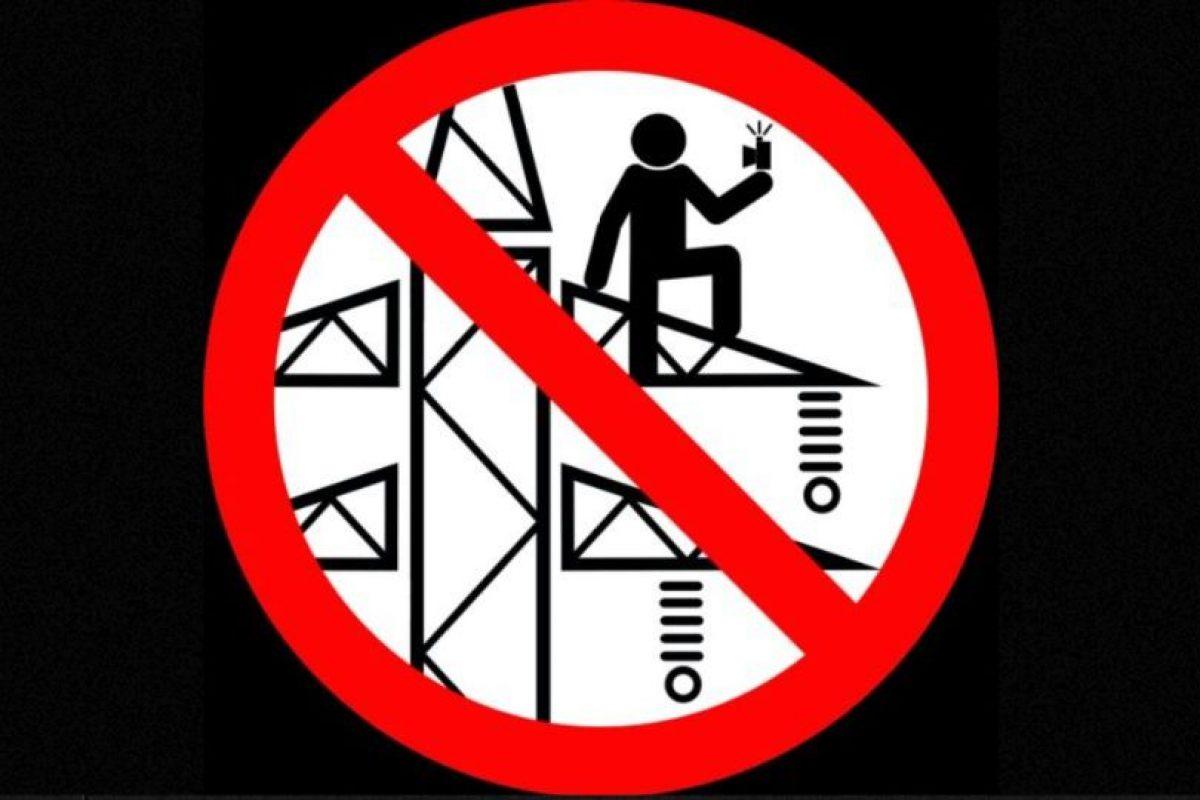 No tomarse selfies en una torre de energía eléctrica. Foto:vía mvd.ru. Imagen Por: