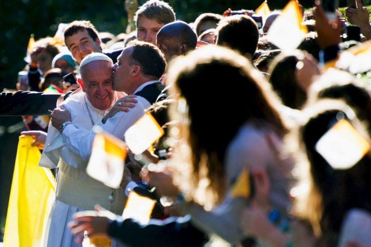 A la salida de la nunciatura apostólica, un hombre lo abrazó y le dio un beso Foto:AP. Imagen Por: