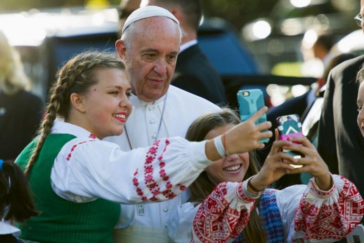 También se detuvo unos momentos para tomarse selfies Foto:AP. Imagen Por: