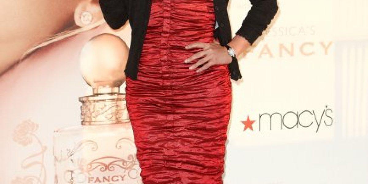 Jessica Simpson mostró sus curvas y algo más con un minivestido