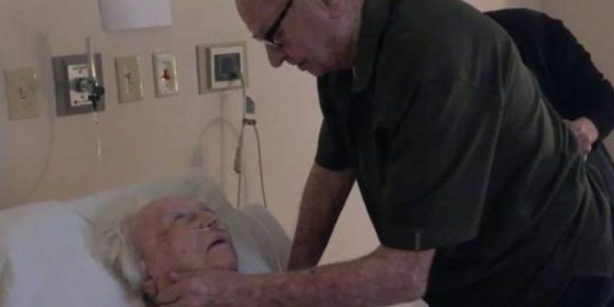 Video: Su esposa fue desahuciada y él decidió cantarle una canción