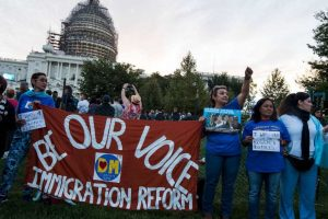 En las afueras hay manifestantes pidiéndole hablar de una reforma migratoria Foto:AFP. Imagen Por: