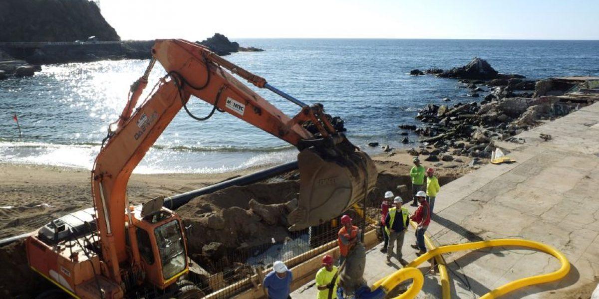Por derrame de aguas servidas cierran la playa de Las Torpederas de Valparaíso