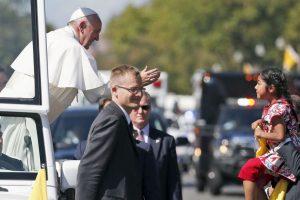 Cruz logró cruzar la vaya de seguridad solo para entregarle una carta al Papa. Foto:AP. Imagen Por: