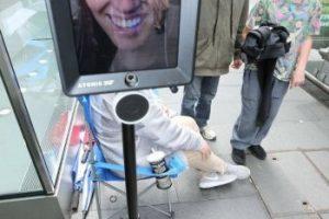 Se trata de un robot que está soportado por un Segway, mismo que en la parte superior tiene un iPad. Foto:facebook.com/atomic212. Imagen Por: