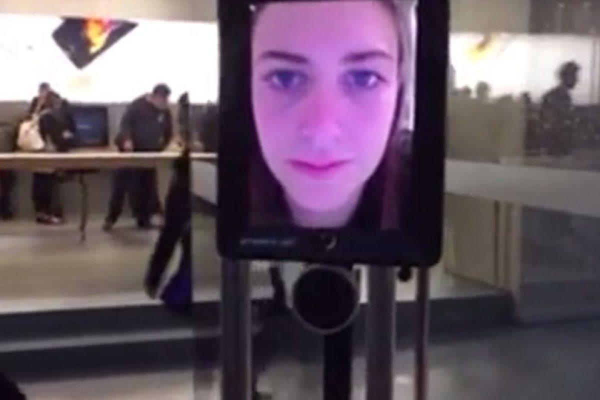 Lucy Kelly, la persona detrás del iPad. Foto:vía atomic212.com.au. Imagen Por: