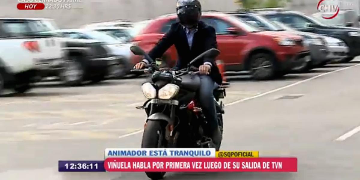 José Miguel Viñuela cambió el auto por una moto tras salida de TVN