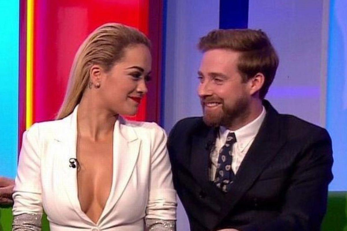 """Rita Ora causó gran revuelo en Reino Unido por su escote pesentado en la """"BBC"""". Foto:Vía Youtube. Imagen Por:"""