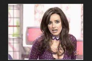 """Carmen Alcayde es presentadora del canal """"Telecinco"""" en España y uno de sus gustos al vestirse son los escotes pronunciados. Foto:Vía Youtube. Imagen Por:"""