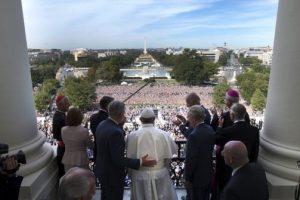 Al terminar su discurso ante el Congreso, salió al balcón a saludar al público Foto:AFP. Imagen Por: