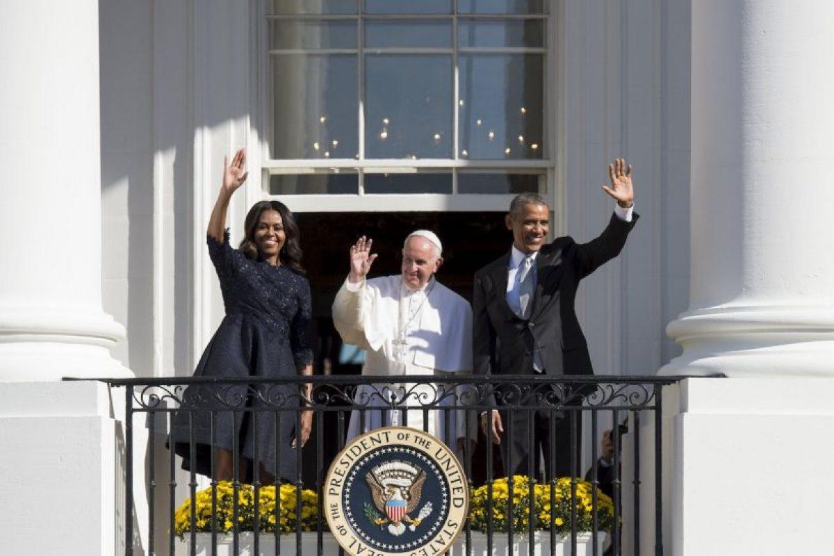 Desde uno de los balcones saludó a los seguidores. Foto:AFP. Imagen Por: