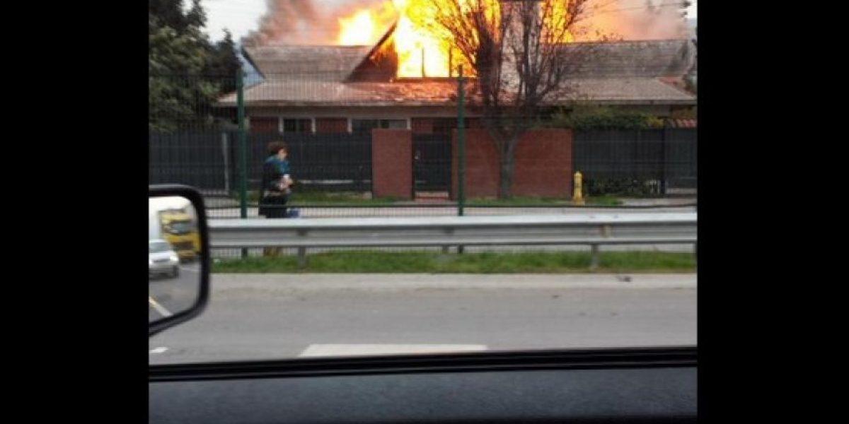 Las Condes: violento incendio moviliza a Bomberos
