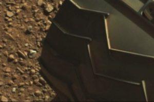 """El """"dedo"""" está en la parte superior izquierda de la imagen Foto:original en http://mars.jpl.nasa.gov/msl-raw-images/msss/00003/mcam/0003ML0000125000E1_DXXX.jpg. Imagen Por:"""