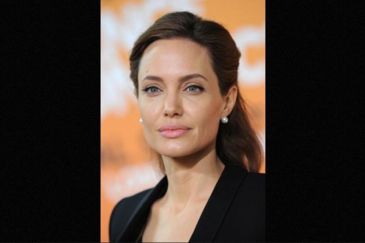 La madre, la abuela y la tía de Jolie perdieron la vida después de luchar contra los efectos del cáncer, esa es la razón que motivó a la esposa de Brad Pitt a tomar medidas preventivas contra el cáncer. Foto:Getty Images. Imagen Por: