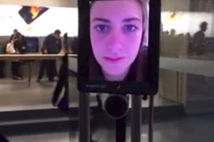 Lucy Kelly, la persona detrás del iPad Foto:vía atomic212.com.au. Imagen Por:
