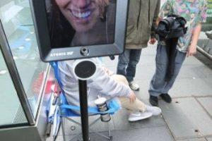 Se trata de un robot que está soportado por un Segway, mismo que en la parte superior tiene un iPad Foto:facebook.com/atomic212. Imagen Por: