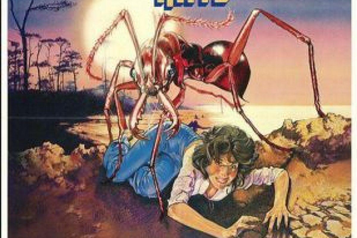 Los vacacionistas en una isla desierta forman parte del menú cuando un derrame tóxico convierte a una colonia de hormigas en voraces gigantes Foto:Cinema 77. Imagen Por: