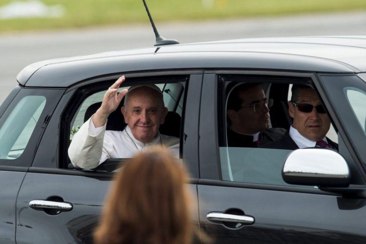 Luego de bendecir algunos otro presentes el pontífice continuó con su camino. Foto:AFP. Imagen Por: