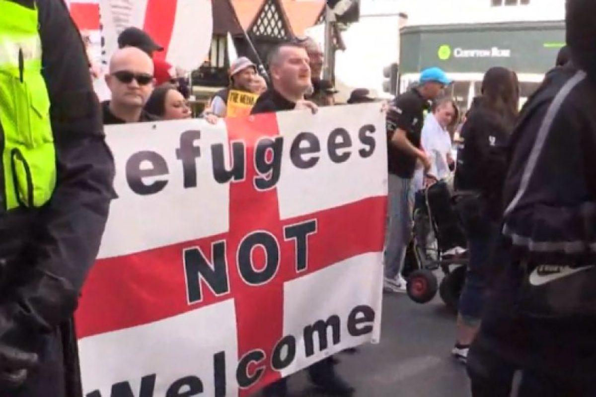 """Banderas inglesas con el mensaje """"Los refugiados NO son bienvenidos"""" Foto:Captura. Imagen Por:"""