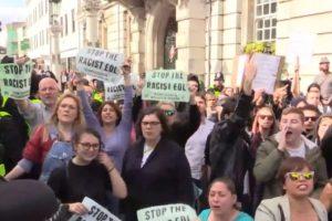 Personas en contra del racismo en Inglaterra Foto:Captura. Imagen Por:
