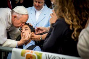 El religioso no espero mucho tiempo para darle un beso a Michael Keating. Foto:AP. Imagen Por:
