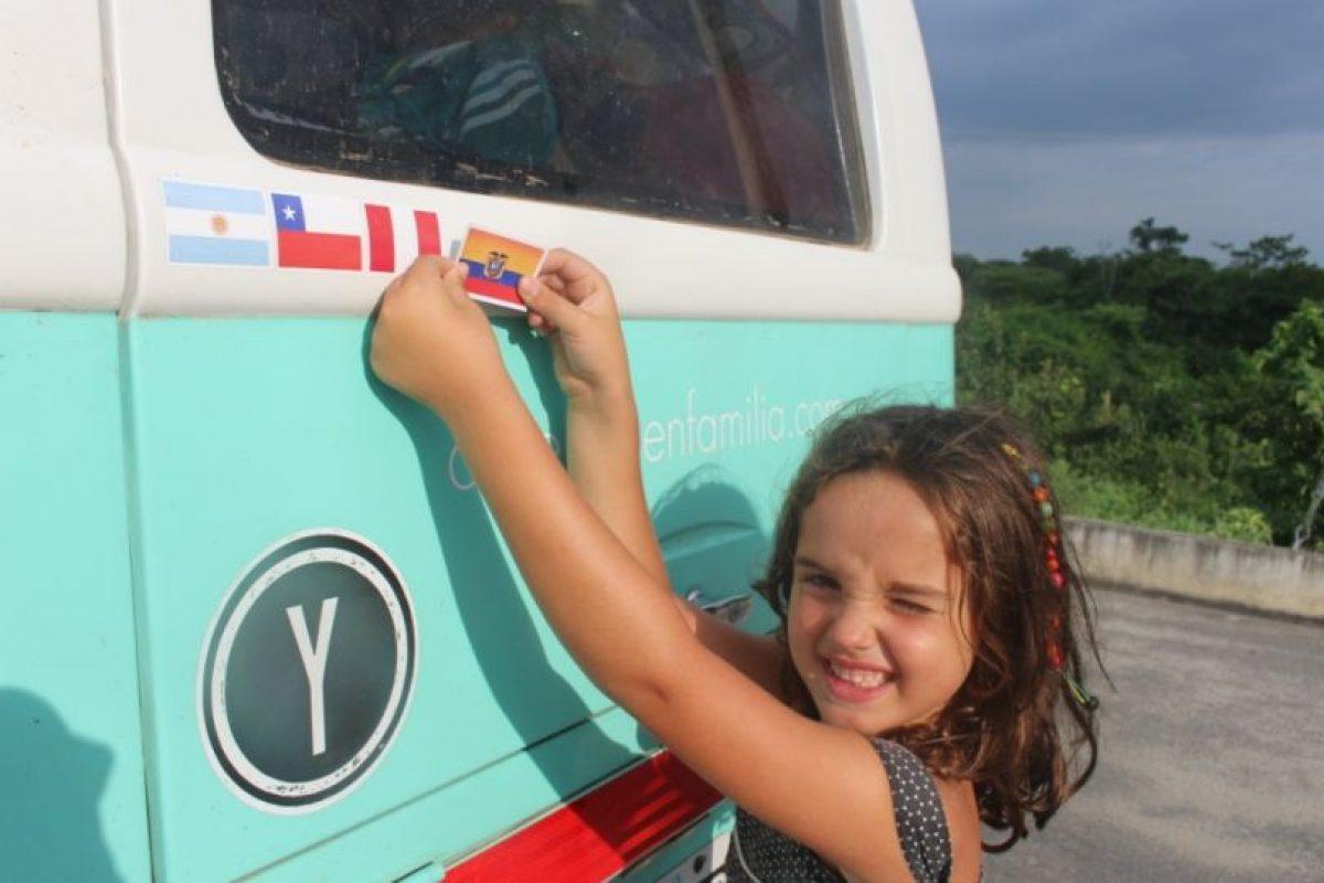 La bandera de cada país que han atravesado está pegada en la parte trasera de la Combi Foto:americaenfamilia.com. Imagen Por: