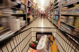 """La cadena """"Walmart emitió un comunicado donde especificaba que su protocolo de seguridad contempla bajar sus cortinas metálicas a partir de las 18 horas. Foto:Pixabay. Imagen Por:"""