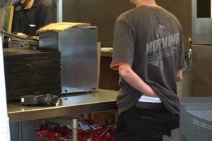 Este empleado de una conocida cadena de comida tex-mex fue visto haciendo esto. Por supuesto, la imagen se viralizó y fue despedido. Foto:vía Facebook. Imagen Por: