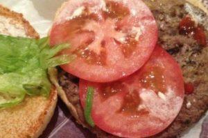 Gusanito dentro de la hamburguesa. Foto:vía Imgur. Imagen Por: