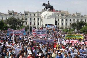Aunque los peruanos protestaron por el aumento de la delincuencia, no les sirvió de nada. Foto:vía Getty Images. Imagen Por: