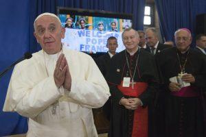 Decenas de alumnos recibieron al Papa Francisco. Foto:AP. Imagen Por: